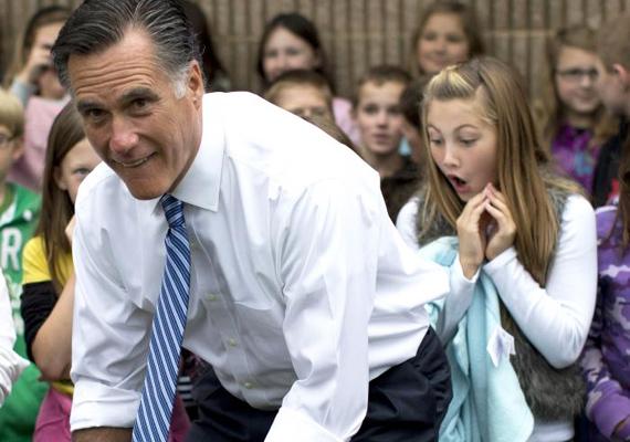 Nem tudjuk, hogy a Mitt Romney mögött álló kislány arcára mitől ült ki ez a csodálkozó kifejezés, de reménykedünk abban, hogy nem attól, amit a kép sugall.
