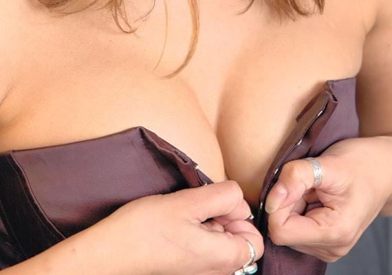 Tudjuk, hogy a fűző szexi, de nem véletlenül való ruha alá: még ha egy kardigánt vagy blézert veszel is fölé, túl kirívó darab a suliba.
