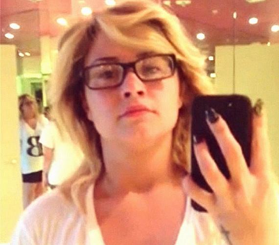 Első ránézésre nem is lehet rájönni, hogy híres világsztár rejtőzik a csapzott külső és az SZTK-keretes szemüveg alatt. Aztán ha alaposabban megfigyeled, apránként kivehetőek Demi Lovato vonásai, aki ennél százszor jobban tud kinézni, íme, a bizonyíték.