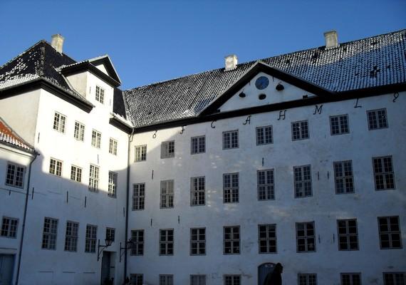Dániában található a Dragsholm Slot. A helynek három kísértete is van: az egykor itt szolgáló Szürke Hölgy, a néhai tulajdonos lánya, a Fehér Hölgy, valamint Bothwell grófjának szelleme.