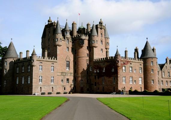 A skóciai Glamis-kastély több gyilkosság színhelye is volt, de mióta Patrick gróf befalaztatta sérült fiát, többször látni vélték annak szellemét, egy szörny képében.