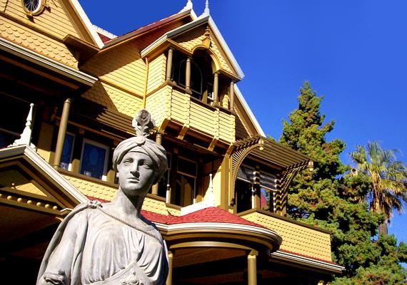 Kaliforniában található a Winchester-ház, ahová a legenda szerint azok járnak vissza kísérteni, akiket a fegyvergyártó háztulajdonos által készített fegyverekkel öltek meg.