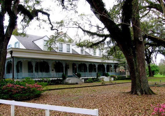 Legendás hely a louisianai Myrtles Plantation verandája: az egykori rabszolga, a kettős gyermekgyilkos Chloe szellemét vélték itt látni, sőt, fotó is készült róla.