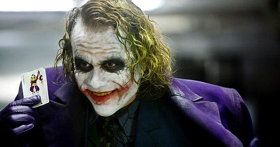 Heath Ledger nem sokkal halála előtt fejezte be az 2008-as A sötét lovag forgatását, amelyben Joker figuráját keltette életre életre. Az filmpremiert már nem élte meg, gyógyszertúladagolásban hunyt el.