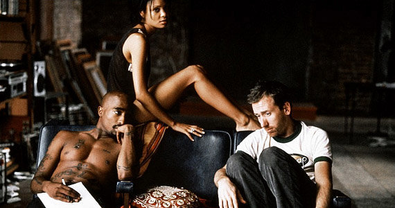 Az utolsó belövés 1997-es premierjét már nem érhette meg a film egyik főhőse, a világhírű amerikai rapper, Tupac Shakur. 1996 szeptemberében meggyilkolták.