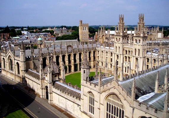 A világ második legrégebbi egyetemén, az Oxfordi Egyetemen több kísértet is lakik. Látták itt már I. Károly királyt fej nélkül, de azt a diákot is, akinek a holttestét az iskolában találták meg, miután felakasztotta magát.