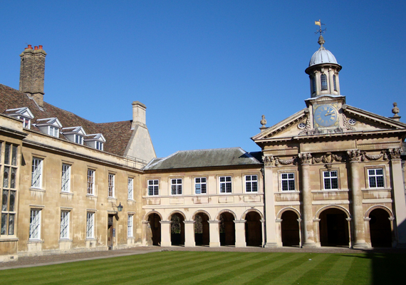 A Cambridge-i Egyetem a negyedik legrégebbi a világon, így nem meglepő, hogy számos ilyesféle földöntúli lényt tudhat magáénak. Egyikük a gonosz Oliver Cromwell, akinek a testét nem egyben temették el - így a kísértet is hasonló módon jelenik meg időről időre.