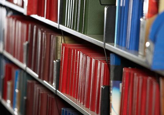 Egy CD és egy könyv árából egész éves olvasójegyet vehetsz magadnak a könyvárba, így a szórakozásra fordított költségeidből is sokat lefaraghatsz.
