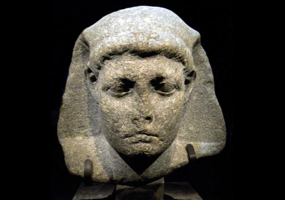 Összesen négy gyermeknek adott életet: a képen látható Caesarion, vagyis Cézárka Julius Caesartól született, és további három utódot nemzettekMarcus Antoniusszal.