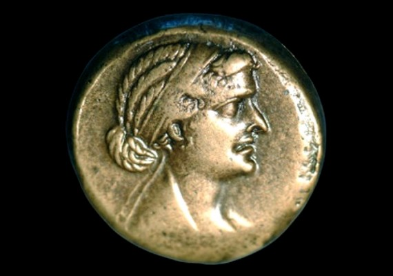 Elterjedt elmélet, hogy Kleopátra nem volt olyan gyönyörű, amilyennek mondják - ezt igazolja a nemrégiben felbukkant, korabeli pénzérme is, ami őt ábrázolja.