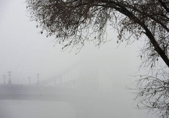 Ezen a képen a Lánchidat alig látni a ködtől.
