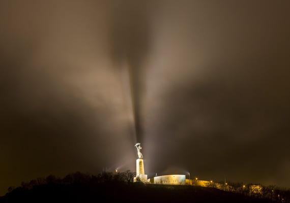 Ez is egy korábbi kép a Gellért-hegyen álló Szabadság-szoborról. A felszálló köd egészen misztikus hangulatot ad a fotónak.