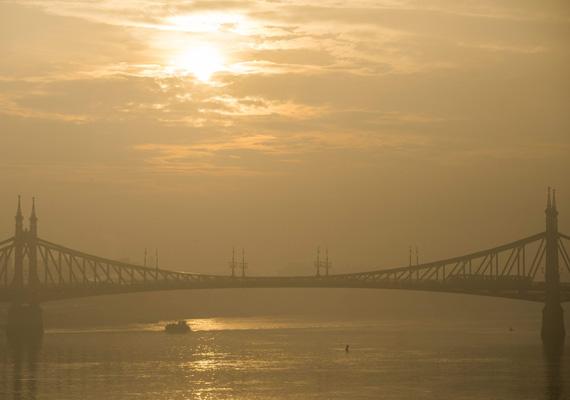 A budapesti Szabadság híd a reggeli ködben.