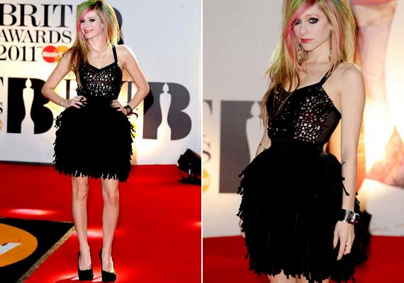 Ha fiús alkatod van, mint Avril Lavigne-nak, egy rakott szoknyával kerekebbé teheted a csípődet.