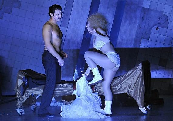 A történet középpontjában Bicska Maxi - Dolhai Attila - és Polly Peachum - Szinetár Dóra - szerelme áll.