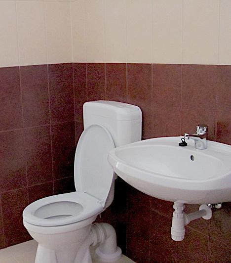 WC  Ez pedig a wc. A házakban minden új, ami talán vígaszt nyújthat az otthonukat elvesztőknek.