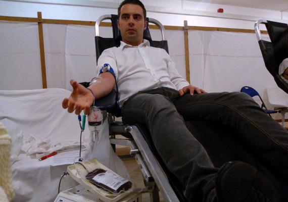A jobbikos Vona Gábor is nagyon aktív a magánkampányokat illetően. Még arról is megosztott képeket a közösségi oldalán, amikor elment vért adni.