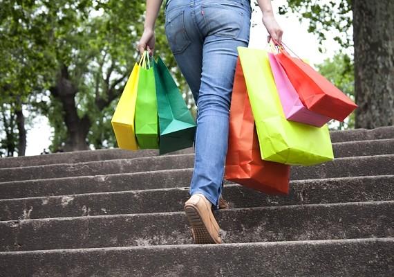 Ha vásárolni mész, akkor is hagyatkozz a lábaidra, és amit megveszel, az pluszsúly, tehát pluszkalóriákat égetsz majd. Minden épületben lépcsőzz a lift vagy a mozgólépcső helyett!