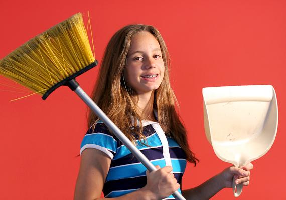 Takarítsd ki a szobád! Hajsd össze a ruháid, porszívózz, pakolj, törölgess! Egyébként is az a legjobb, ha ezt a munkát te végzed, de még kalóriákat is égetsz vele.
