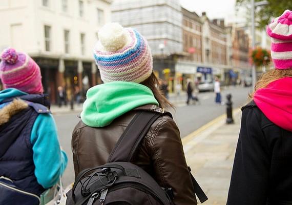 Tömegközlekedés helyett járj inkább gyalog vagy biciklivel az iskolába. Ez napi két séta, ami igazán egészséges, és kis jóindulattal még testmozgásnak is elmegy.