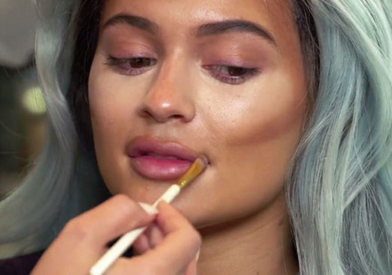 Kylie Jennert minden egyes nap kontúrozzák, és már nemcsak az arcán, de a nyakán, a dekoltázsán és a fülén is rendszeresen elvégzik ezt az optikai módosítást.