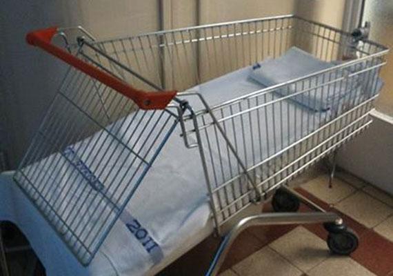 Bevásárlókocsiban szállítják a gyerekeket a szegedi gyerekklinikán. A gyerekméretű speciális ágy drága, marad ez a megoldás.                         Nem volt elég a pénz a magyar fociban - legalábbis erre enged következtetni, hogy a kormány október elején 150 milliós gyorssegéllyel igyekezett az MLSZ segítségére.