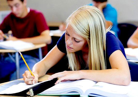 A kormány korlátozná a gimnáziumi férőhelyek számát annak érdekében, hogy többen válasszák a szakközép- és szakképző iskolákat. Eszerint a hetedik osztály végén pályaorientációval egybekötött képesség- és tudásmérést végeznének, majd az eredmények alapján döntenék el, ki mehet gimnáziumba, és kinek marad a szakmatanulás. Itt olvashatsz róla bővebben!