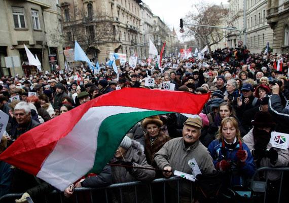Paksról Döntsön a Nép! címmel rendezett demonstrációt február 2-án az ellenzéki Összefogás. A demonstrációt annak érdekében szervezték, hogy a paksi atomerőmű-beruházásról és az ennek kapcsán a magyar állam által felvett orosz hitelszerződésről népszavazást lehessen tartani. A Bajnai Gordon és az Együtt-PM főszervezésében megtartott tüntetés végül nem érte el célját, két héttel később a Nemzeti Választási Bizottság elutasította a népszavazási kérelmet, azóta pedig már a Parlament is döntött a kérdésben.