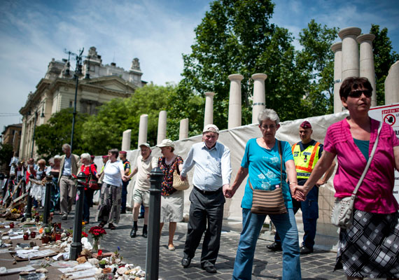Orbán Viktor az újabb kétharmados választási siker után közvetlenül, előzetes ígéretét megszegve úgy határozott, mégis megépül a Szabadság térre tervezett, heves vitákat kiváltó, úgynevezett megszállási emlékmű. A szobor ellen tiltakozók szerint az alkotás felmenti Magyarországot a második világháború során elkövetett, zsidók elleni bűnök kapcsán, melyeket teljes egészében a német megszálló csapatokra igyekszik hárítani. A rendőrség csak ritkán avatkozott közbe, az emlékmű talapzata pedig az élőlánc ellenére szép lassan felépült.