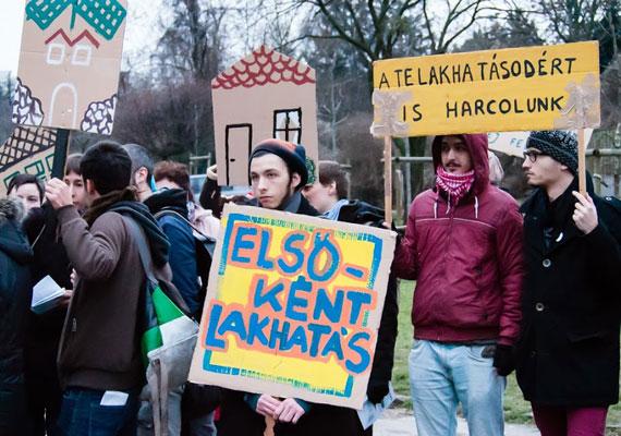 2013 márciusában az Országgyűlés úgy módosította az Alaptörvény szövegét, hogy az lehetővé tegye az önkormányzatok számára a közterületen élők büntetését. A módosítás azért született meg, mert az Alkotmánybíróság alaptörvénybe ütközőnek találta, hogy Tarlós István ilyen módon szerette volna Budapest egyes részeiről kitiltani a fedél nélküli embereket. A Város Mindenkié csoport februárban a tiltásnak eleget nem tevő hajléktalanok számára kialakított Budaörsi úti előállító központ előtt tiltakozott. A demonstráció egyik jelmondata a Zárka helyett bérlakást! volt.