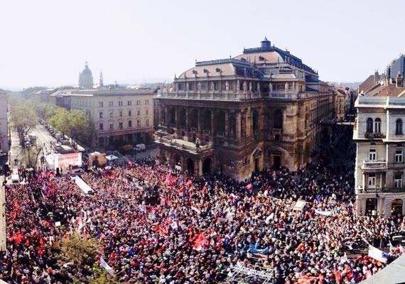 Az ellenzéki összefogás pártjai közvetlenül az országgyűlési választást megelőzően tartottak demonstrációt az Operaház előtt. Fel volt adva a lecke, hiszen egy nappal korábban Békemenettel egybekötött Fidesz-nagygyűlést tartottak néhány méterrel arrébb. A kormányváltó tüntetésként emlegetett eseményen felszólaltak a baloldali összefogásban részt vevő pártok vezetői, ám a látványos piros-fehér-zöld élőkép sem hozta el a várt áttörést, és egy héttel később csúfos vereséget szenvedett az ellenzék.