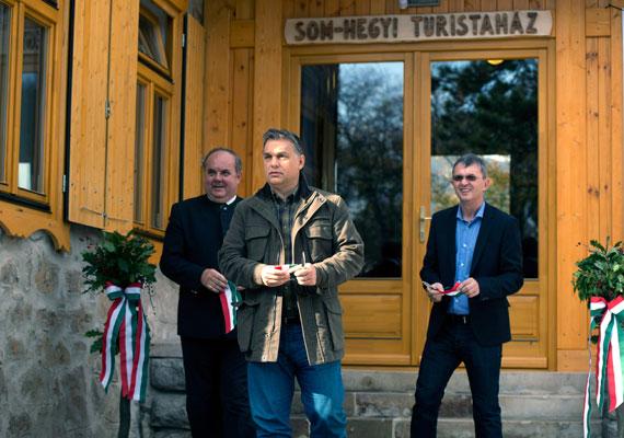 """A lista 30. helyén áll Garancsi István, aki a Forbes megfogalmazásában """"Orbán Viktor bizalmi köréhez tartozik"""". Ő a többségi tulajdonosa a Videoton focicsapatának, de nemrég a Market Zrt.-be történt bevásárlásával kapcsolatban került be a hírekbe. Ez a cég több komoly beruházást is végez, főleg sportlétesítmények körül. A fotón Garancsi Orbán balján látható."""