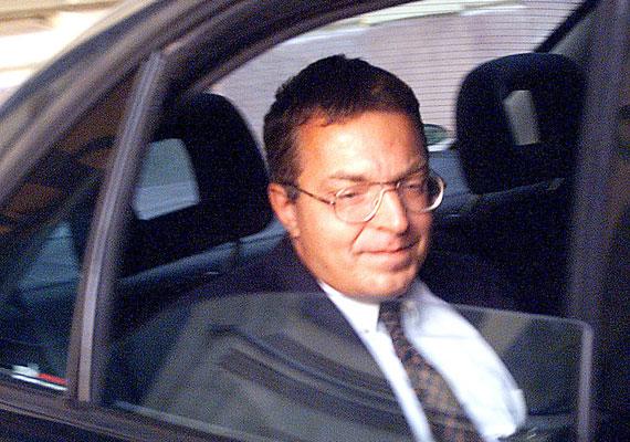 Simicska Lajos korábban a Fidesz pártigazgatója volt, később az APEH elnöke, jelenleg a Közgép tulajdonosa, de a médiában is érdekelt. A Forbes is megjegyzi, hogy a közelmúltig a Fidesz legfontosabb gazdasági háttéremberének tartották. Itt arra utalhat a lap, hogy egyes hírek szerint a milliárdos kapcsolata megromlott a kormánnyal, és személyesen Orbán Viktorral is. Orbánt gyerekkora óta ismeri, mivel ugyanabba a gimnáziumba jártak. Becsült vagyona a lap szerint 45,3 milliárd forint. Simicska a 16. a listán. A milliárdos kerüli a nyilvánosságot, ezért az elmúlt időszakban kevés kép jelent meg róla. Ez a fotó 1999-ben készült.