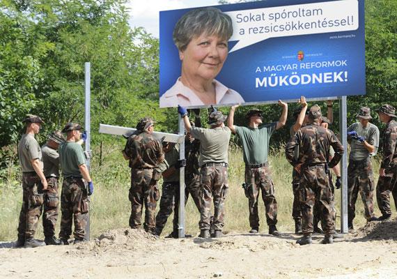 A kormány két aktuális kampánya egyben: határ menti kerítésen is lehetne plakáthely.