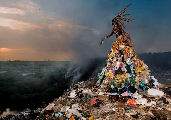 Az erőteljes képeken Monteiro színpadias beállításokat használt.
