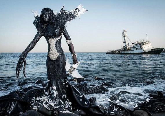 Drámai fotók születtek a két művész jóvoltából, amelyeken a modellek ruhái javarészt hulladékból készültek.