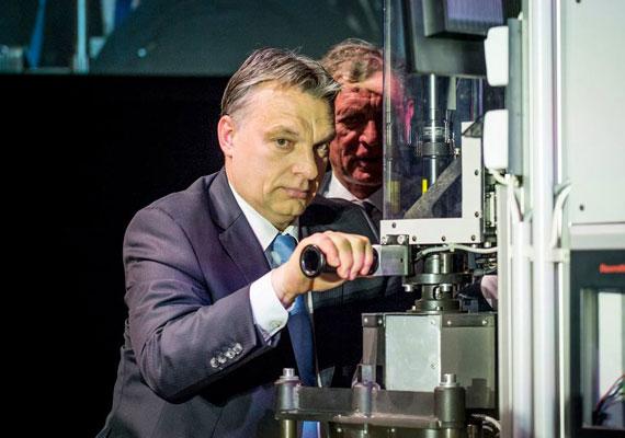Október végén, a netadó elleni tüntetések csúcspontján a demonstrációk mellett Orbán rejtélyes svájci útja is sokakat foglalkoztatott. Eleinte Havasi Bertalan, a miniszterelnök sajtófelelőse sem nyilatkozott arról, hol van Orbán Viktor, miközben rég látott tüntetések vannak a budapesti utcákon. Később mégis nyilatkozott Havasi, aki elárulta, Orbán családjával, magánúton tartózkodik Svájcban. A 444.hu egy fotóra hivatkozva arról írt, hogy a kormányfő lánya, Ráhel egy lausanne-i iskolába iratkozott be, ezért járhatott a család az alpesi országban.