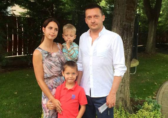 Még 2012-ben írt arról a Blikk, hogy Rogán Antal Fidesz-frakcióvezető Franciaországban nyaralt a családjával. Mivel a lapban közölt fotó egy méregdrága hotel udvarán készült, a sajtóban elterjedt, hogy család a Four Seasons Provence-ban szállt meg. Később Rogán cáfolta, hogy a luxushotelben szálltak volna meg, állítása szerint ugyanis egyik barátjuknál laktak. A fotó a Balatonnál készült.