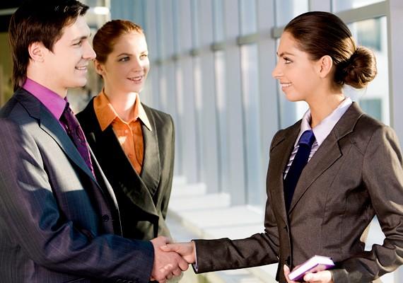 Ha olyan társaságba érkezel meg, ahol számodra ismeretlenek is vannak, előbb üdvözöld az ismerősöket, és csak utána foglalkozz az új emberekkel.