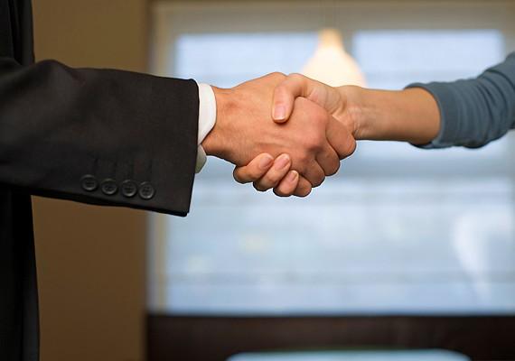 Bemutatkozásnál, kézfogásnál mindig a nő nyújt kezet a férfinak, az idősebb fél a fiatalabbnak, a magasabb rangú az alacsonyabb rangúnak és a vezető az alkalmazottnak.