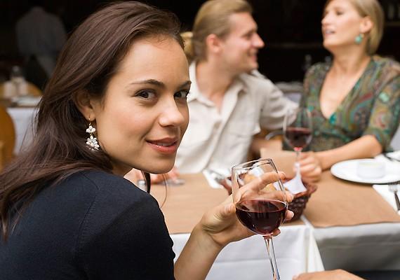 Ha már összegyűlt társasághoz érkezel, és már sokan ülnek az asztalnál, amikor odaérsz, elég csak azokat köszöntened, akik melletted foglalnak helyet. Nem illik áthajolni az asztalon és az embereken.