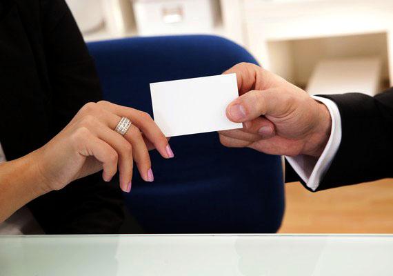 Ha bemutatkozol, ügyelj, hogy ne egyszerre mondd ki a neved a másikkal, és ha üzleti jellegű a találkozás, névjegyet is cseréljetek a kellemetlenségek elkerülése érdekében.