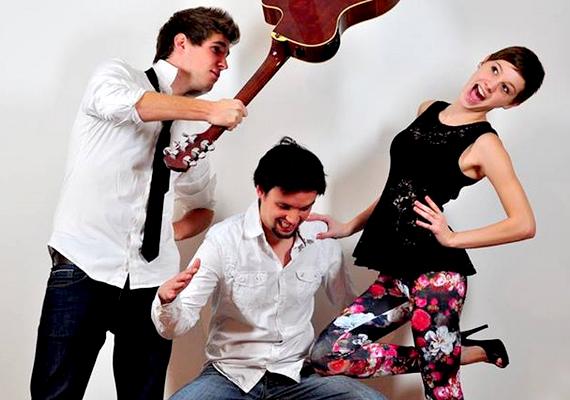 Az akusztikus formációban Vera mellett Kovács Dani és Árik Peti zenél.