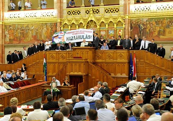 A Jobbik-frakció tagjai június 21-én kaptak büntetést Kövér Lászlótól a földtörvény elleni tiltakozásuk miatt. Ekkor a frakció tagjai az elnöki emelvényre felvonulva A magyar föld átjátszása idegeneknek: hazaárulás! feliratú transzparenssel fejezték ki nemtetszésüket. Összesen 40 képviselő tiltakozott, akik a legmagasabb kiszabható büntetést kapták, és ez 17 millió forintot tett ki. A legtöbbet a pártelnök, Vona Gábor kapta, 672 510 forintos bírsággal.