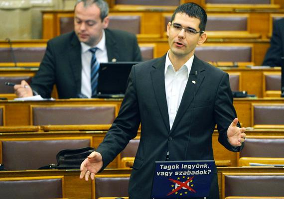 A jobbikos Novák Elődöt összesen négyszer büntette meg a házelnök, Kövér László, ami összesen 646 ezer forintot jelent, amiért a képviselő többször használta a szocionista és a cionista szót a parlamentben.