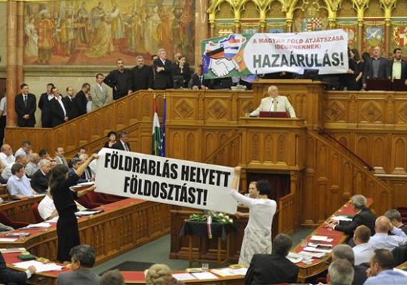 Az LMP három parlamenti képviselőjét, Szél Bernadettet, Osztolykán Ágnest és Lengyel Szilviát is megbüntette a házelnök, a földforgalmi törvény zárószavazásán történt tiltakozásuk miatt. Őket a tiszteletdíjuk egyharmadának levonásával bírságolta Kövér László.