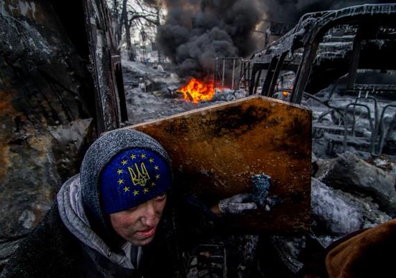 A Háború az után című kép az egy évvel ezelőtti kijevi eseményeknek állít emléket. Csak véres tüntetések árán mondott le Viktor Janukovics addigi elnök.