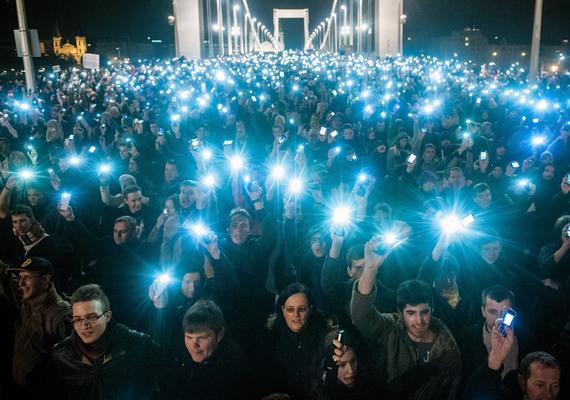 Novemberben több tízezren tüntettek az internetadó akkor még tervezett bevezetése ellen. Erről az eseményről szól a hír kategória győztes képe.