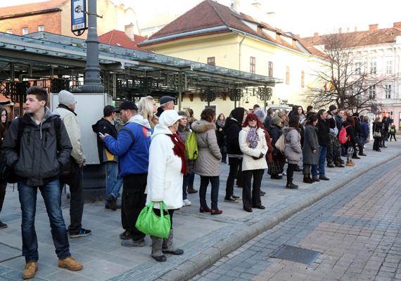 Autóbuszra várakozók a Villanyrendőr megállóban. A sztrájk miatt egyes buszjáratokra hosszabb ideig kellett várni, főként Miskolc külső részein.