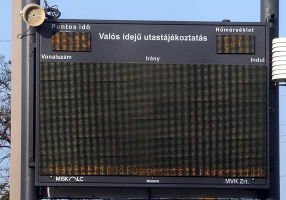Üres utastájékoztatási tábla, melyen csupán egy információ olvasható.